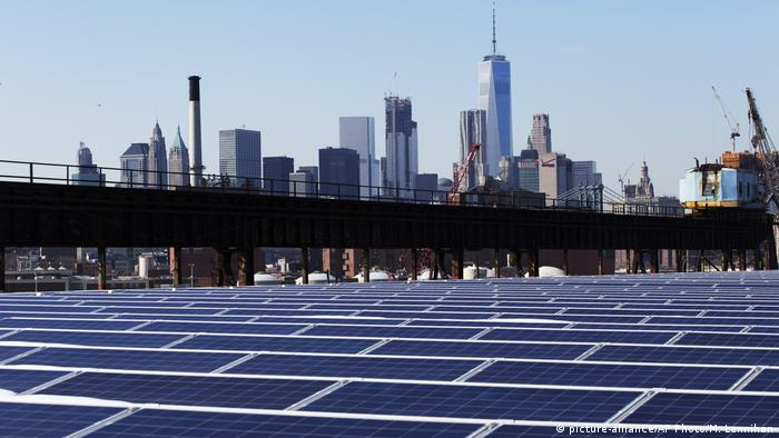 Solarenergie in USA New York (picture-alliance/AP Photo/M. Lennihan)