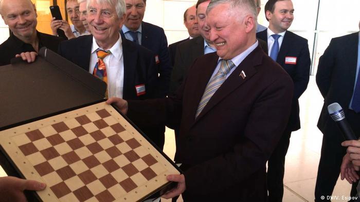 Экс-чемпион мира по шахматам Анатолий Карпов с депутатами бундестага, 29 мая