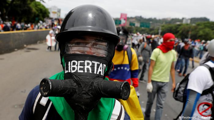 Venezuela Proteste Demonstrant mit Gasmaske (Reuters/C.G. Rawlins)