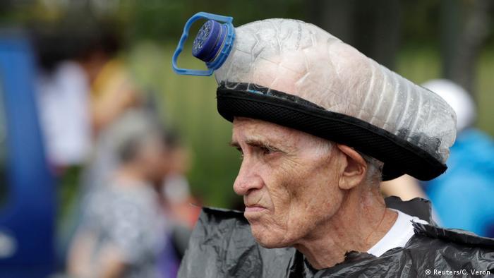Venezuela Proteste Demonstrant mit Gasmaske (Reuters/C. Veron)