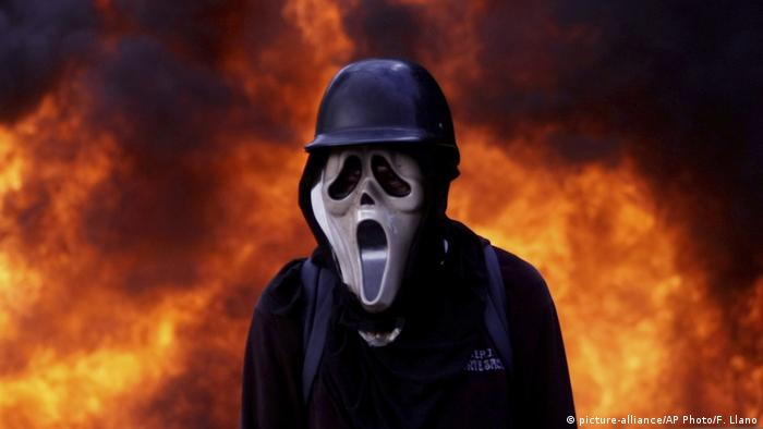 Venezuela Proteste Demonstrant mit Gasmaske (picture-alliance/AP Photo/F. Llano)