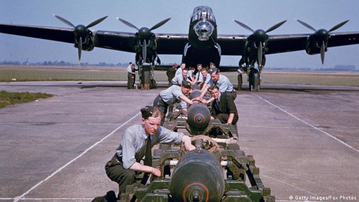 Un bombardero Lancaster recibe su carga mortal para un ataque aéreo nocturno sobre Alemania. Los historiadores no se han puesto de acuerdo en si la guerra total desde el aire fue, en última instancia, decisiva en la contienda. También para la Royal Air Force fue una sangría. Uno de cada dos tripulantes nunca volvió a casa.