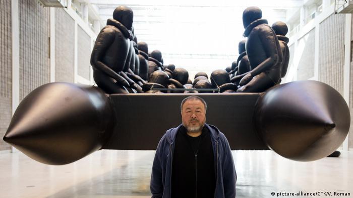 Ai Weiwei vor der Installation Reproduktion eines Flüchtlingsbootes (picture-alliance/CTK/V. Roman)