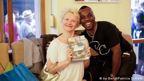 Silvia Pintérová und Kirk Henry zeigen das Buch 50 Küchen, eine Heimat (Foto: tip Berlin/Patricia Schichl)