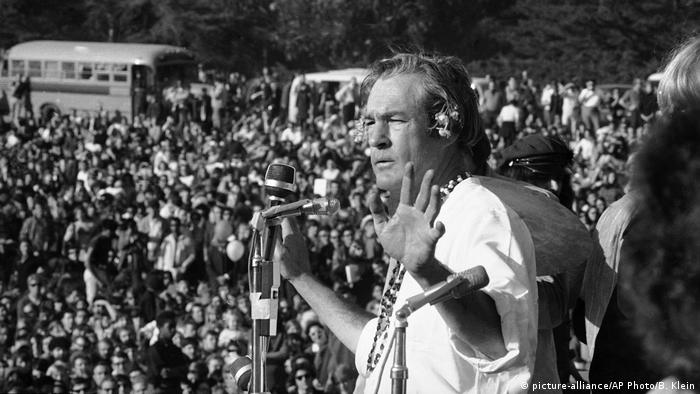 Timothy Leary auf der Bühne 1967 (picture-alliance/AP Photo/B. Klein)