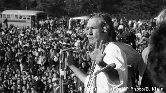 Timothy Leary bei seiner Rede im Golden Gate Park 1967 (picture-alliance/AP Photo/B. Klein)