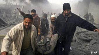 Männer tragen einen Verwundeten in Gazastadt