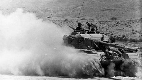 A tank fires in the desert during the Six-Day war (Imago/Keystone)