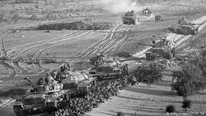 Tanques israelenses avançam sobre tropas egípcias, no início da Gurra dos Seis Dias, em junho de 1967