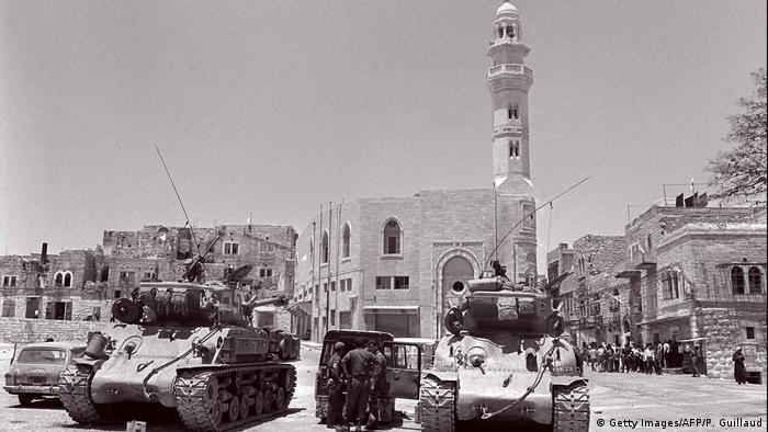 Tanques de Israel patrulham Jerusalém ocupada, em 10 de junho de 1967
