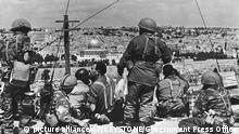 ARCHIVE --- DER SECHSTAGEKRIEG ZWISCHEN ISRAEL UND DEN ARABISCHEN STAATEN AEGYPTEN, JORDANIEN UND SYRIEN BEGANN VOR 50 JAHREN AM 5. JUNI 1967. ZU DIESEM ANLASS STELLEN WIR IHNEN DIESES BILD ZUR VERFUEGUNG --- In this photo released by the Government Press Office, Israeli Commander Motta Gur and his troops survey Jerusalem's Old City before launching their attack during the Six Day War June, 1967. Four decades after an underdog Israeli military campaign that captured the world's imagination, the people of Israel, the Middle East and the world are are still struggling to come to terms with it. The war tripled Israel's size and probably prevented its annihilation. But with victory came burdens, hatreds and many, many deaths for Israelis and the Palestinians in their newly-expanded territory. (KEYSTONE/AP Photo/Government Press Office) |