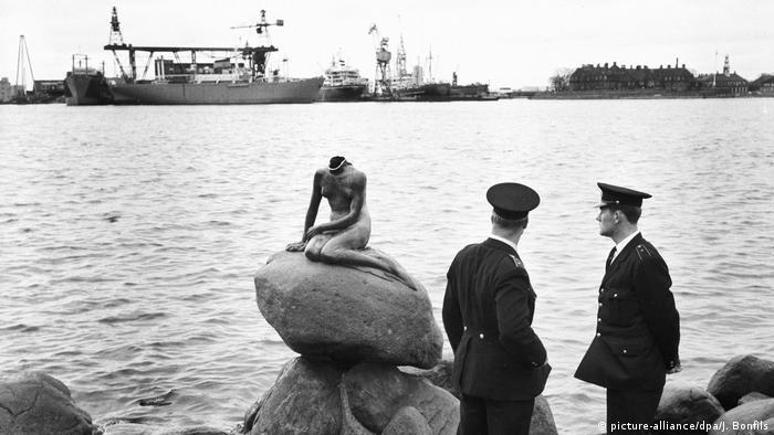 Dänemark Statue Kleine Meerjungfrau | 1964 ohne Kopf (picture-alliance/dpa/J. Bonfils)
