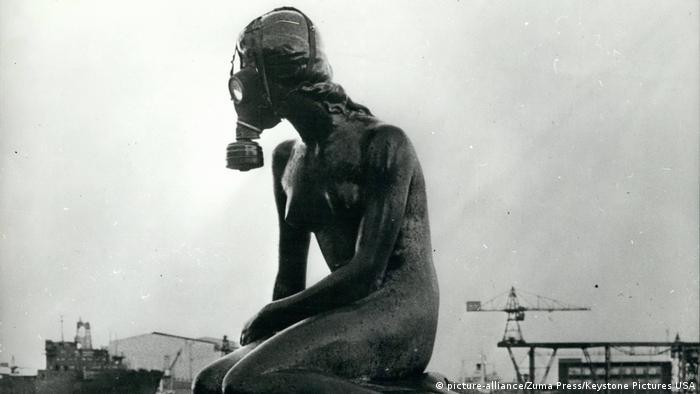 Dänemark Statue Kleine Meerjungfrau |1972 mit Gasmaske (picture-alliance/Zuma Press/Keystone Pictures USA)