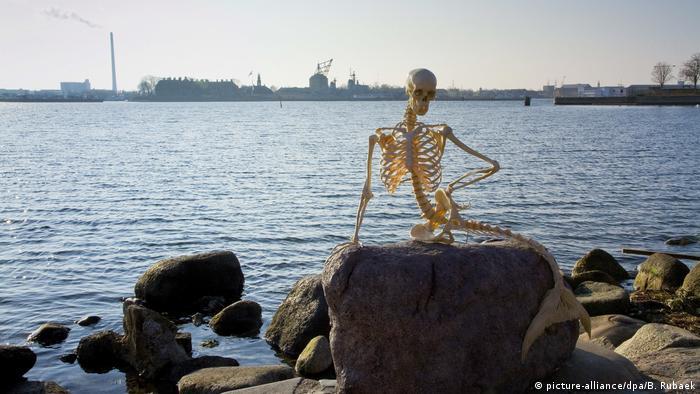 Dänemark Statue Kleine Meerjungfrau ersetzt durch Skelett (picture-alliance/dpa/B. Rubaek)