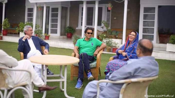Indien PTI head Imran Khan and the woman is Firdaus Ashiq Awan (twitter.com/PTIofficial)