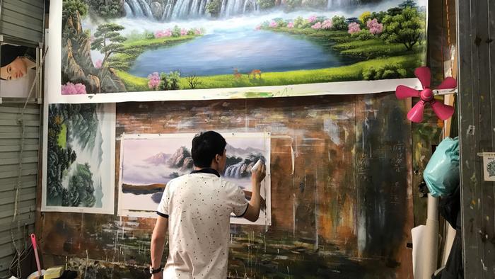 Pintor reproduz quadro em Dafen, na China