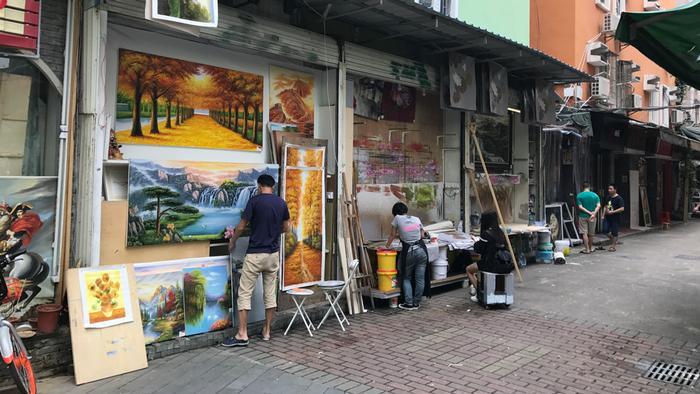 Rua na China onde são copiados quadros famosos