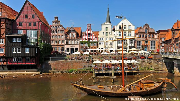 A ship and a view of the town buildings in Lüneburg (picture-alliance/Bildagentur-online/Klein)