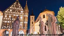 Фигуры святых Бонифация, Бенедикта и Стурмия перед Старой ратушей в немецком городе Фульда