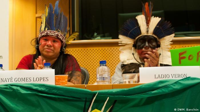 Europäisches Parlament Konferenz Guaraní-Kawioá-Indianer | Ladio Verona und Inayé Gomes Lopes (DW/M. Banchón)