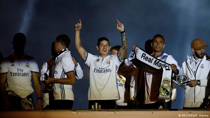 Spanien Real Madrid feiert die Fußballmeistwerschaft 2017 am Cibeles-Brunnen in Madrid (REUTERS/P. Hanna)