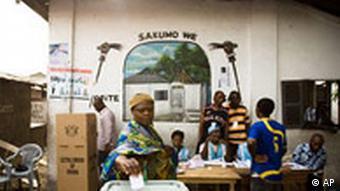 Eine Frau gibt bei der Wahl in Accra ihre Stimme ab (Quelle: AP)