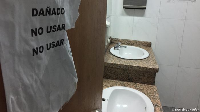 Banheiro com dizeres Não Usar, escrito na porta