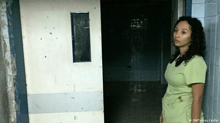 Médica diante de uma sala vazia