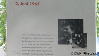 Πλακέτα που θυμίζει στους περαστικούς έξω από τη Γερμανική Όπερα την εν ψυχρώ εκτέλεση του Όνεζοργκ