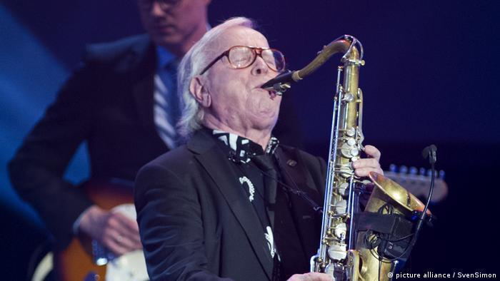 Musiker Klaus Doldinger spielt Saxofon. (Foto: picture alliance / SvenSimon)