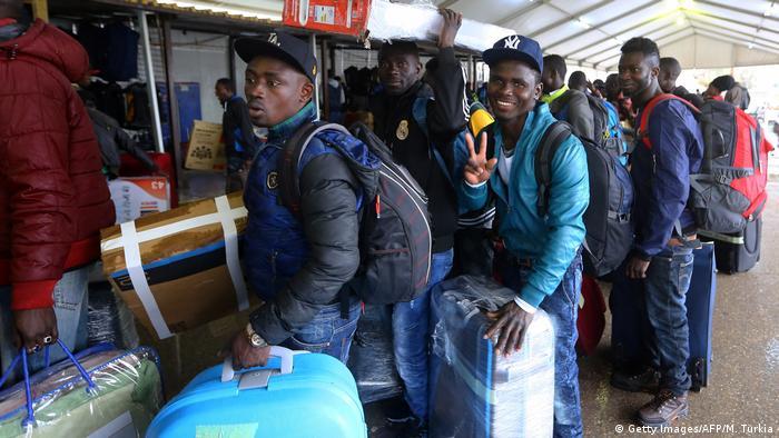 Libyen Flüchtlinge der Elfenbeinküste am Flughafen (Getty Images/AFP/M. Turkia)