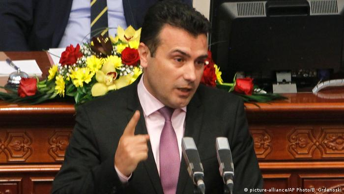 Mazedonien Premierminister Zoran Zaev im Parlament in Skopje (picture-alliance/AP Photo/B. Grdanoski)