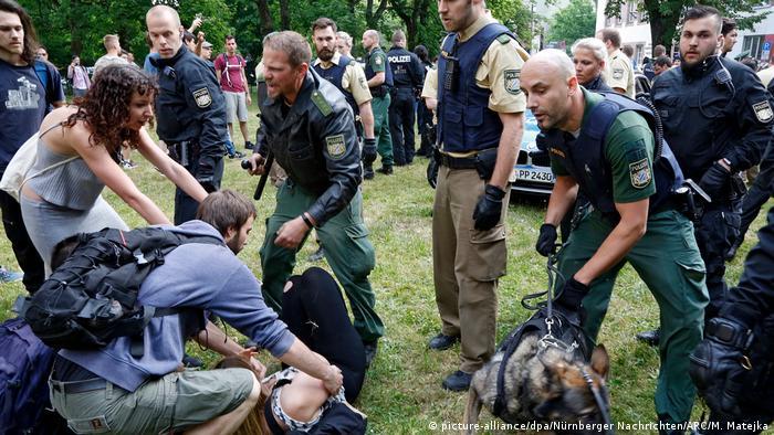 Deutschland Polizeieinsatz bei Schülerdemo gegen Abschiebung in Nürnberg (picture-alliance/dpa/Nürnberger Nachrichten/ARC/M. Matejka)