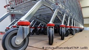 O Σίλβαν Γκόλντμαν σκέφτηκε ότι εάν ενώσει κάποιος δύο καρέκλες και βάλει ρόδες στα πόδια τους θα μπορούσε να τοποθετήσει στην επιφάνεια των καθισμάτων ένα καλάθι