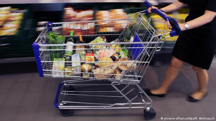 woman with shopping cart (picture-alliance/dpa/R. Weihrauch)