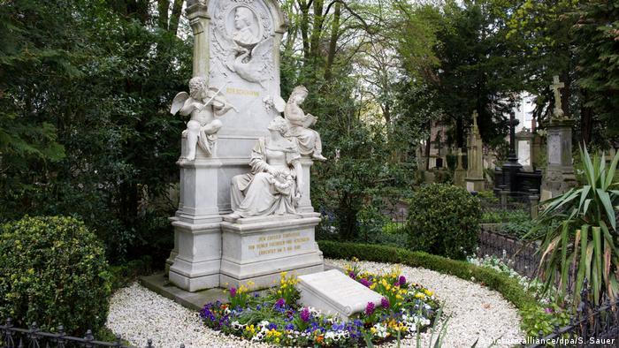 Deutschland Bonn Grab von Clara und Robert Schumann (picture-alliance/dpa/S. Sauer)