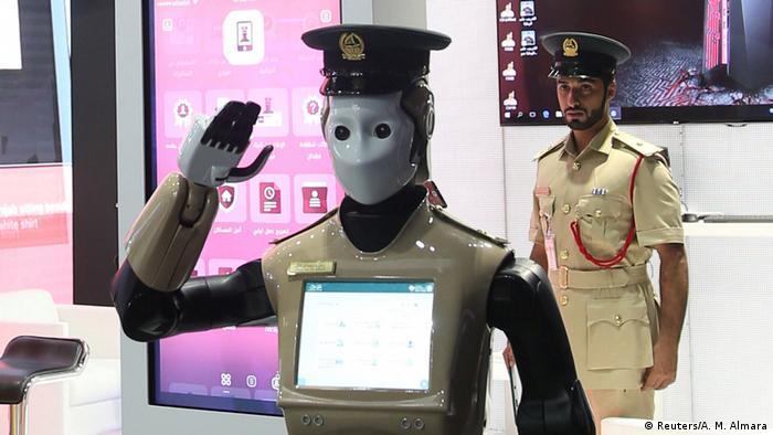 VAE Polizeiroboter auf der GISEC in Dubai