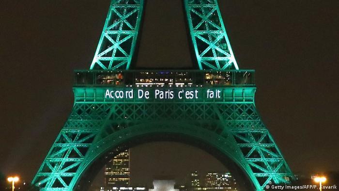 Frankreich Eifelturm im Zuge des COP21 Pariser Klimaabkommen 2016 grün erläuchtet