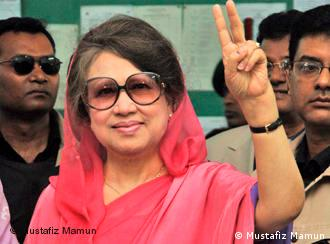 Khaleda Zia, Bangladeshi former prime minister and the chairperson of major political party Bangladesh Nationalist Party (BNP), casts her ballot in Dhaka, capital of Bangladesh, on Dec. 29, 2008. *** Mr. Mustafiz Mamun, photographer from Bangladesh, contributed this photo for Deutsche Welle. As he mentioned, ''this photo is taken by me (Mustafiz Mamun) & I permit Deutsche Welle to use it.'' ***
