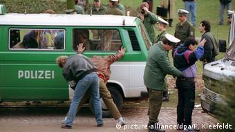 Deutschland Drogenrazzia in der Frankfurter Taunusanlage (1992) (picture-alliance/dpa/F. Kleefeldt)