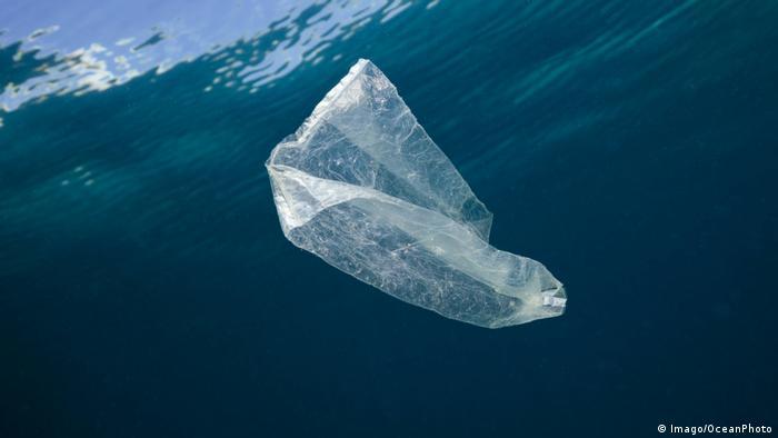 Una bolsa de plástico tarda 20 años en deshacerse.