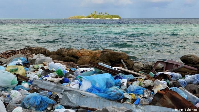 زبالههای پلاستیکی کنار دریا