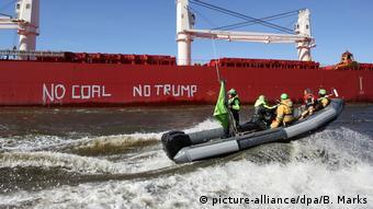 Deutschland Greenpeace-Aktion im Hamburger Hafen