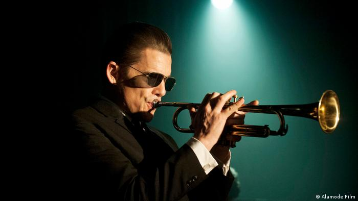 Film stills - Born to be Bue with Ethan Hawke as Chet Baker playing trumpet (Alamode Film)