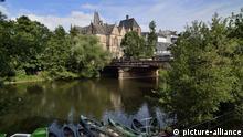 Deutschland Lahnufer und Alte Philipps Universität in Marburg
