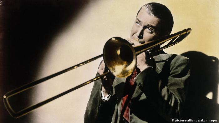 Still from 'The Glenn Miller Story' by Anthony Mann with James Stewart playing trombone (picture-alliance/akg-images)