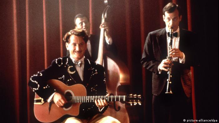 Film Sweet and Lowdown by Woody Allen with Sean Penn playing guitar and other musicians on stage (picture-alliance/dpa)