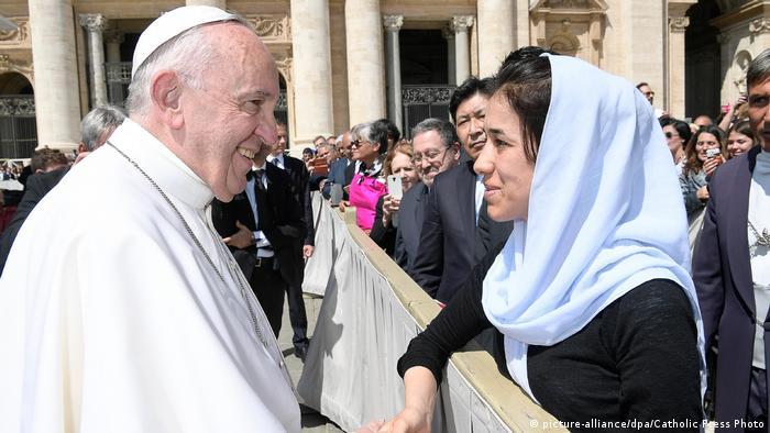 A ativista yazidi Nadia Murad e papa Francisco