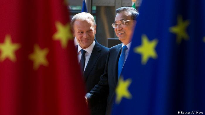 Глава Евросовета Дональд Туск и премьер Госсовета КНР Ли Кэцян на саммите в Брюсселе