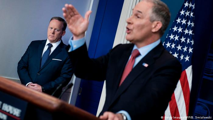 USA Pressesprecher - Scott Pruitt und Sean Spicer (Getty Images/AFP/B. Smialowski)